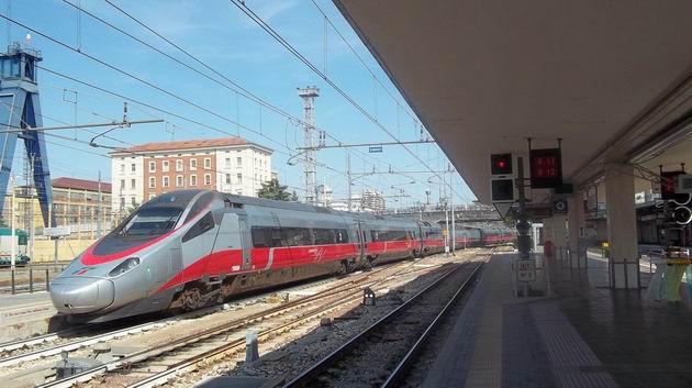 Bologna: zánovní naklápěcí jednotka typu ETR 600 odjíždí ze 6. koleje hlavního nádraží do Říma jako vlak Frecciaargento. 16.8.2012 © Jan Přikryl