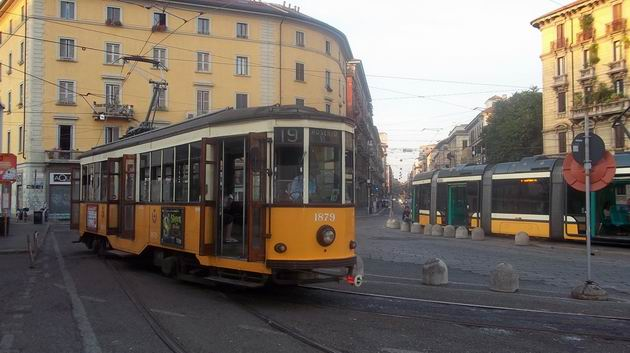 Milano: archaická tramvaj amerického původu z konce 20. let čeká na konečné linky 19 u nádraží Porta Genova. 16.8.2012 © Jan Přikryl