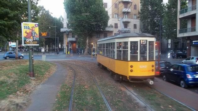 """Milano: stará tramvaj typu """"ventotto"""" z roku 1928 opouští na lince 19 separátní těleso na Corso Sempione a míří k nádraží Porta Genova. 16.8.2012 © Jan Přikryl"""