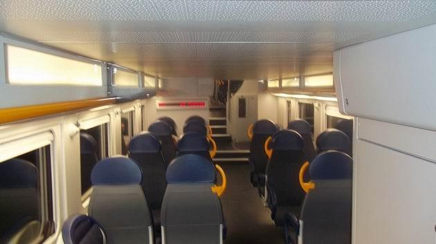 Interiér dolního patra příměstské jednotky řady ALe 710/711 společnosti Trenord. 16.8.2012 © Jan Přikryl