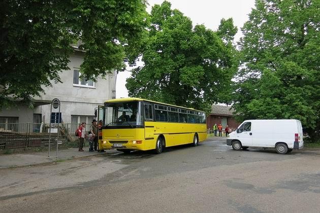 18.5.2013 Zdounky, 851 028-1+050+050 přestup cestujících na autobus © Stanislav Plachý