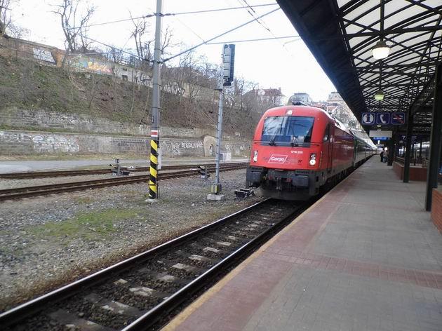 Lokomotiva řady 1216.228 RCA přiváží soupravu vlaku EN 456 na 7. nástupiště pražského hlavního nádraží. 13.4.2013 © Jan Přikryl