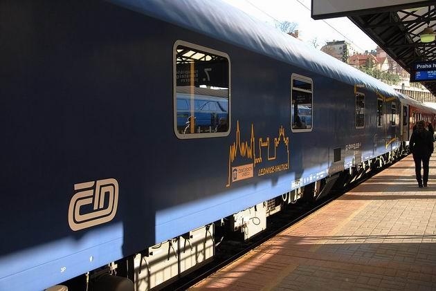Lůžkový vůz řady WLABmz ČD stojí na 7. nástupišti pražského hlavního nádraží před odjezdem vlaku EN 456 Phoenix/Kopernicus. 13.4.2013 © Lukáš Uhlíř