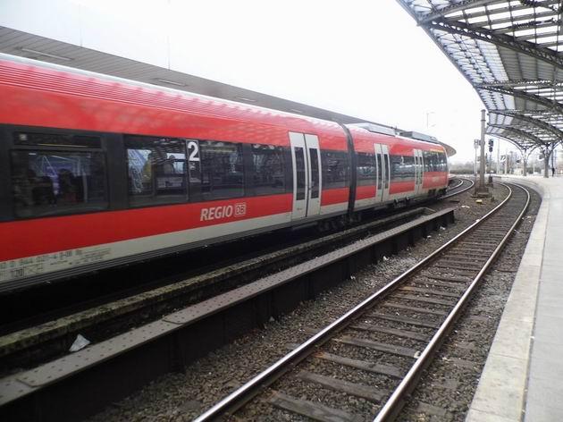 Köln: motorová jednotka typu Talent řady 644 DB přijela ke zvýšenému nástupišti pro S-Bahn na Hbf. 14.4.2013 © Jan Přikryl