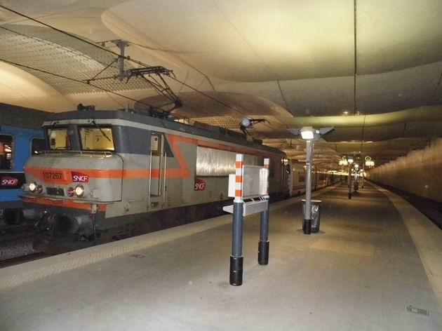 Paříž: lokomotiva řady 107 267 SNCF v čele vlaku Trenhotel Elipsos v nové části nádraží Gare d´Austerlitz14.4.2013 © Jan Přikryl