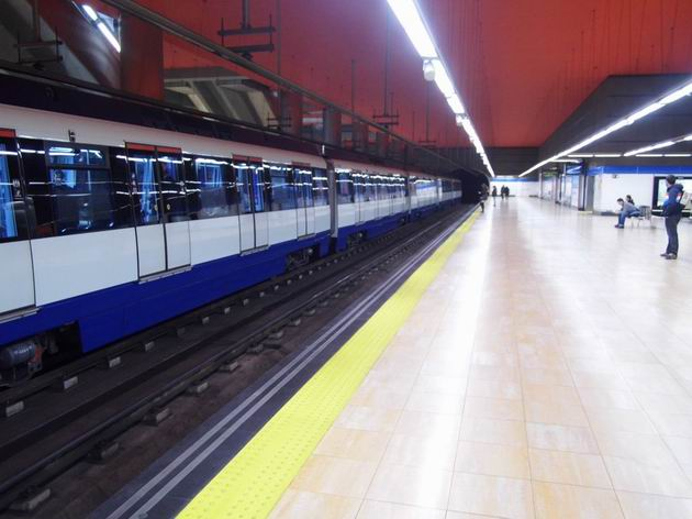 Madrid: jednotka metra řady 7000 stojí na lince 10 ve stanici Chamartín směrem na Puerta del Sur. 15.4.2013 © Jan Přikryl