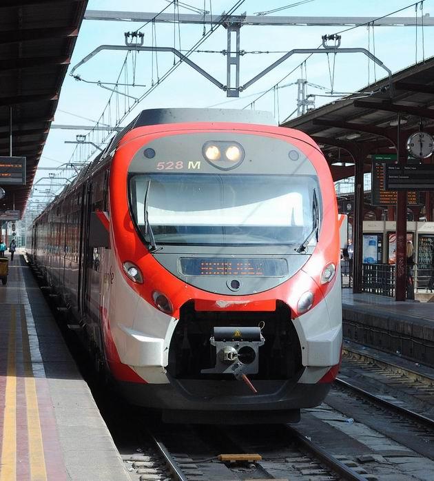 Madrid: elektrická jednotka Civia řady 465 RENFE stojí ve stanici Chamartín před odjezdem na lince C3 do Aranjuezu. 15.4.2013 © Lukáš Uhlíř