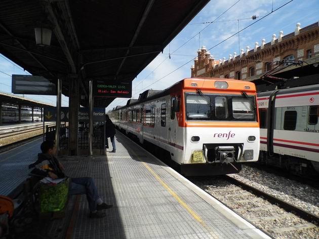 Macosa řady 592 RENFE stojí u nástupiště stanice Aranjuez před odjezdem do Valencie. 15.4.2013 © Jan Přikryl