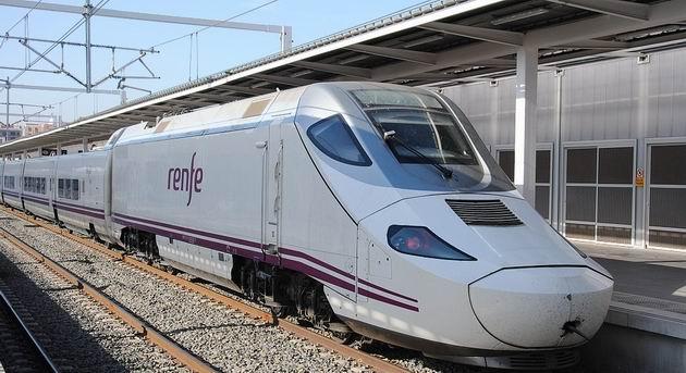 Valencie: kachnička řady 130 RENFE stojí s vlakem Euromed Barcelona- Alicante/Alacant v širokorozchodné části nádraží Joaquin Sorolla. 16.4.2013 © Lukáš Uhlíř