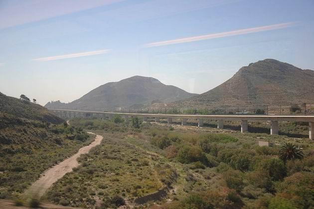 Viadukt vysokorychlostní trati LAV Madrid-Levante u městečka Elda. 16.4.2013 © Lukáš Uhlíř