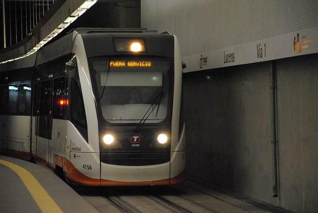 Alicante/Alacant: regionální tramvaj číslo 4156 od Vosslohu přijíždí do dočasné konečné stanice Luceros/Estels. 16.4.2013 © Lukáš Uhlíř
