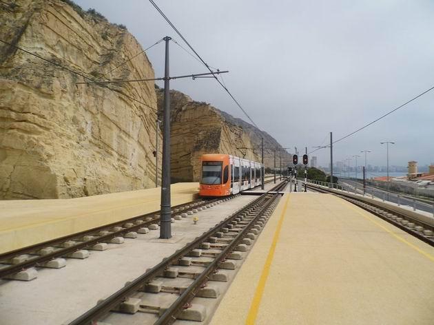 Alicante/Alacant: městská tramvaj Flexity Outlook přijíždí z Venta Lanuza do uzlové zastávky Sangueta. 16.4.2013 © Jan Přikryl