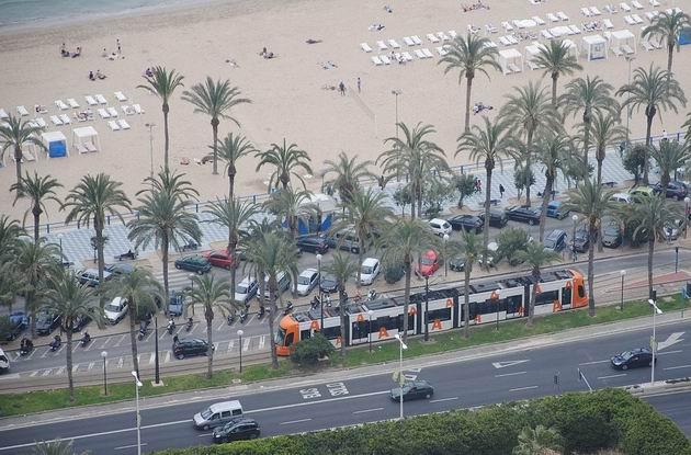 Alicante/Alacant: tramvaj typu Flexity Outlook jede na lince 4L po břehu Středozemního moře z konečné Puerta del Mar/Porta del Mar. 16.4.2013 © Lukáš Uhlíř