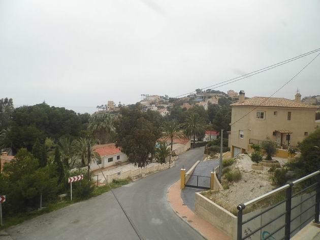 Pohled ze zastávky linek 1 a 3 Cala Piteres na moře a venkovskou zástavbu městečka El Campello.16.4.2013 © Jan Přikryl