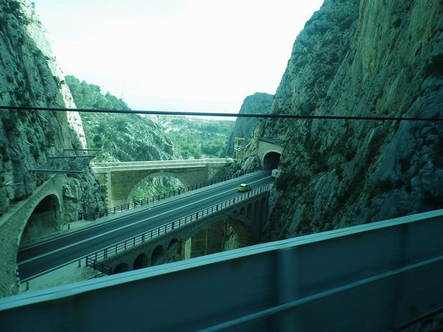 Divoká soutěska El Mascarat s několika silničními mosty v mezistaničním úseku Olla Altea-Calpe/Calp trati z Benidormu do Dénie. 16.4.2013 © Jan Přikryl