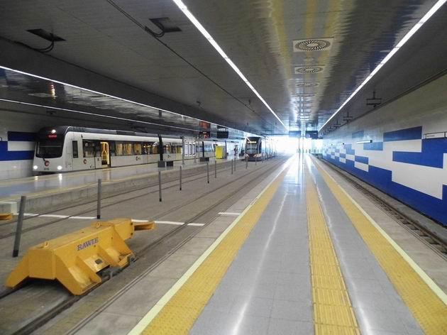 Valencie: celkový pohled na přestupní terminál Marítim-Serrería, výrazný je rozdíl ve výšce nástupních hran pro koleje metra a tramvají. 17.4.2013 © Jan Přikryl