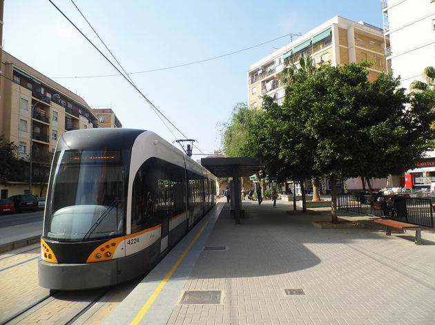 Valencie: tramvaj typu Flexity Outlook číslo 4224 stojí na konečné linky 6 Tossal del Rei. 17.4.2013 © Jan Přikryl