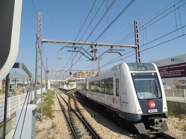 Valencie: jednotka metra číslo 4308 vyjela z terminálu Empalme a pokračuje do Bétery. 17.4.2013 © Jan Přikryl