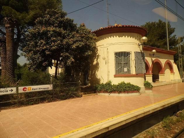 Valencie: zastávka Font Almaguer na lince 1 metra nezapře svůj železniční původ. 17.4.2013 © Jan Přikryl