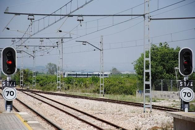 Valencie: jednotka metra řady 4300 se blíží ke konečné stanici linky 1 Villanueva de Castellón. 17.4.2013 © Lukáš Uhlíř