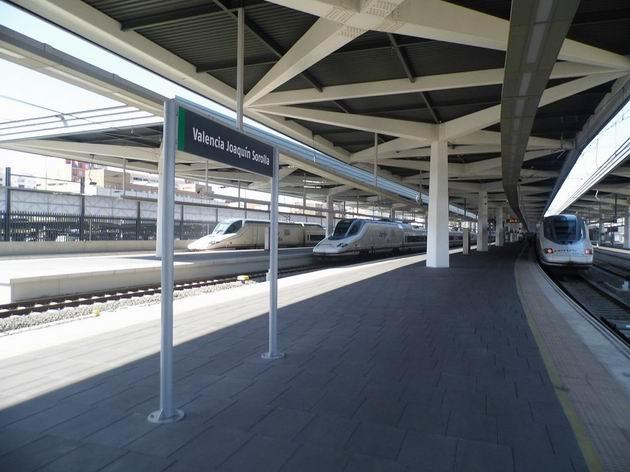 Valencie: trojice vysokorychlostních jednotek Talgo řady 112 RENFE stojí v normálněrozchodné části nádraží Joaquin Sorolla. 17.4.2013 © Jan Přikryl
