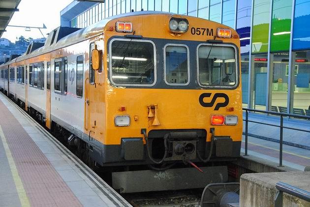 Motorová jednotka řady 592 CP z 80. let před odjezdem vlaku do Porta ze stanice Vigo-Guixar. 19.4.2013 © Lukáš Uhlíř
