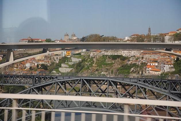 Porto: soustava mostů přes Douro nedaleko nádraží Campanhã- ocelový je jednokolejný a dříve sloužil pro trať do Lisabonu. 19.4.2013 © Lukáš Uhlíř