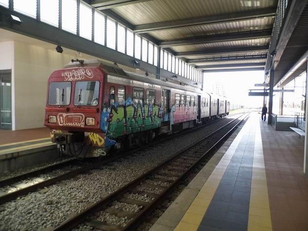 Aveiro: úzkokolejná motorová jednotka řady 9630 od Sorefame z roku 1991 čeká na odjezd osobního vlaku do Sernady do Vouga. 19.4.2013 © Jan Přikryl