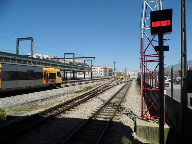"""Aveiro: úzkokolejné kolejiště ve stanici s odjezdovým návěstidlem, ukazujícím signál """"stůj"""". 19.4.2013 © Jan Přikryl"""