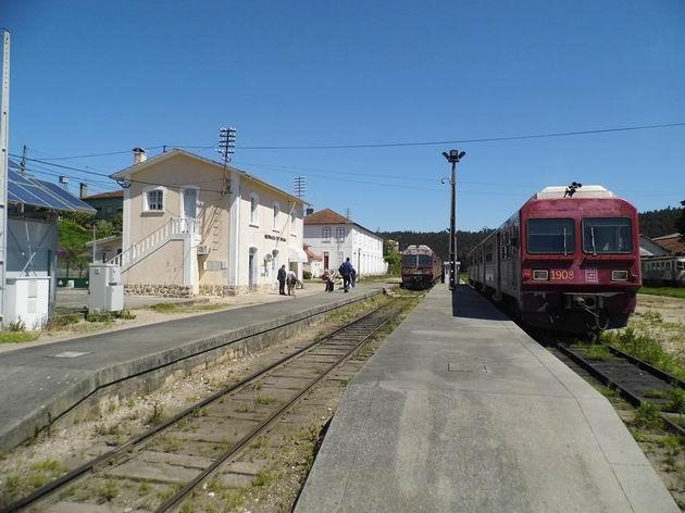 Sernada do Vouga: celkový pohled na výpravní budovu a nocležnu vlakových čet, v popředí jednotky řady 9630 CP. 19.4.2013 ©Jan Přikryl