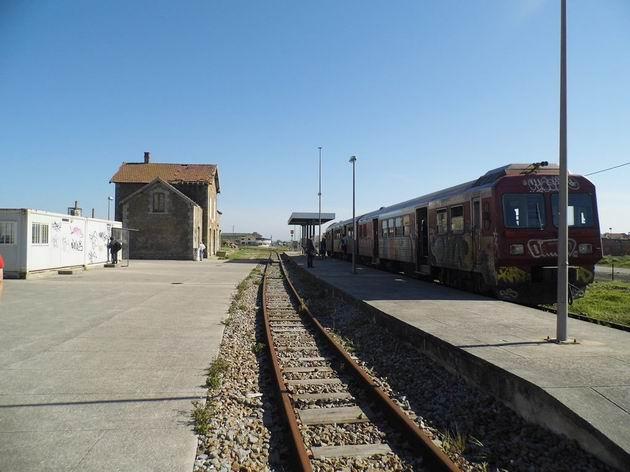Motorová jednotka řady 9630 CP přijela ze Sernady do Vouga do koncové stanice Espinho-Vouga.19.4.2013 © Jan Přikryl