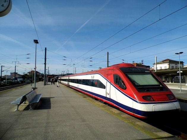 Porto: pendolíno řady 4004 CP stojí ve stanici Campanhã před odjezdem vlaku AP do Lisabonu. 20.4.2013 © Jan Přikryl