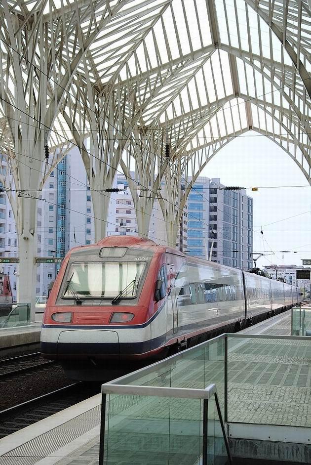Lisabon: pendolíno řady 4004 CP opouští stanici Oriente jako vlak AP z Porta na Santa Apolónii. 20.4.2013 © Lukáš Uhlíř