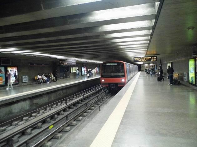 Lisabon: souprava metra typu ML95 z konce 90. let přijíždí do stanice Oriente cestou na letiště. 20.4.2013 © Jan Přikryl