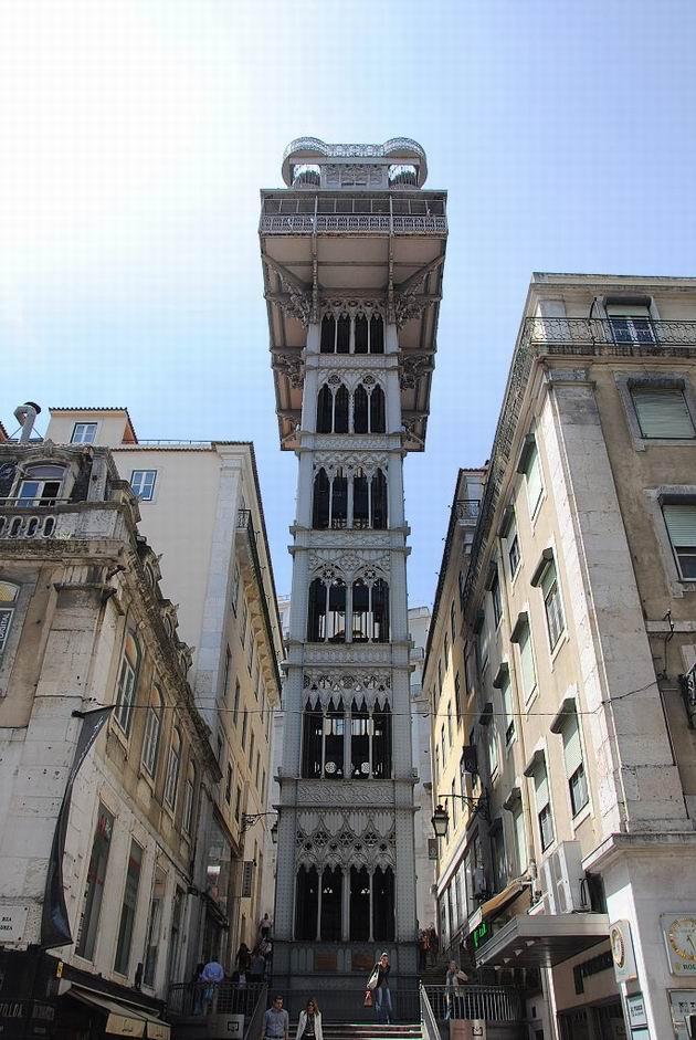 Lisabon: výtah Elevador Santa Justa z roku 1902 z ulice Rua Áurea u dolní stanice. 20.4.2013 © Lukáš Uhlíř