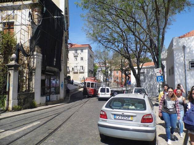Lisabon: turistická tramvaj projíždí po trati linky 28E místem spojení s tratí linky 12E na křižovatce ulic Travessa São Tomé a Rua São Tomé. 20.4.2013 © Jan Přikryl