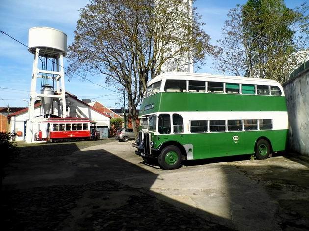 Lisabon: patrový autobus AEC číslo 301 z roku 1957 na pozadí muzejní tramvaje a vodárny ve vozovně Santo Amaro. 20.4.2013 © Jan Přikryl