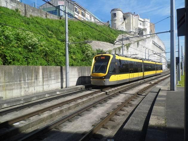 Porto: jednotka metra typu Flexity Outlook od Bombardieru přijíždí z odstavné koleje do výchozí stanice Campanhã. 21.4.2013 © Jan Přikryl