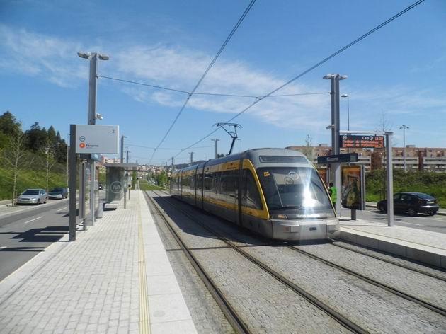 Porto: jednotka metra typu Eurotram stojí na konečné Fânzeres před odjezdem do centra. 21.4.2013 © Jan Přikryl