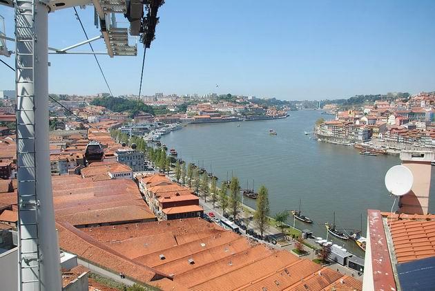 Porto: celkový pohled na trasu lanovky Teleférico do Gaia ve Vile Nově do Gaia od horní stanice. 21.4.2013 © Lukáš Uhlíř