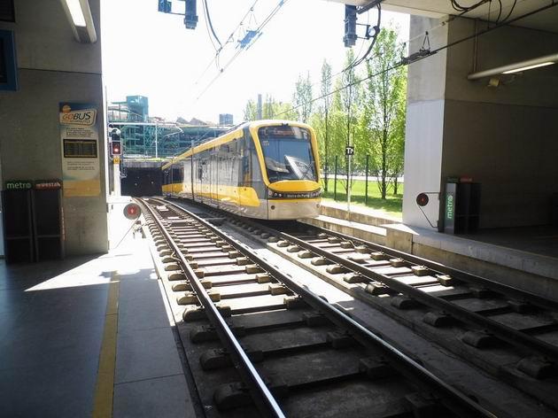 Porto: jednotka metra typu Flexity Outlook opouští na lince C přestupní stanici Trindade směrem k nádraží  Campanhã. 21.4.2013 © Jan Přikryl