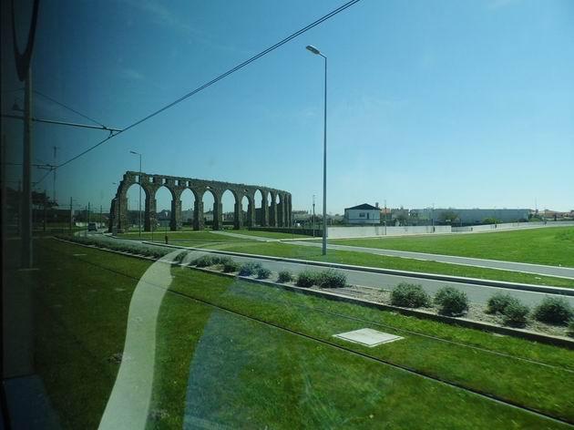 Přerušení akvaduktu v místech křížení trati portského metra linky B s výpadovkou Avenida do Atlântico ve vesnici Vila do Condé. 21.4.2013 © Jan Přikryl