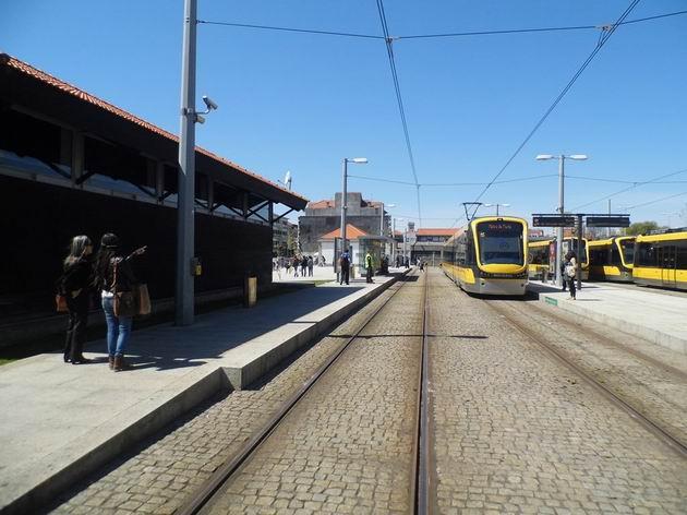 Nástupiště konečné portského metra linky B Póvoa de Varzim, v pozadí původní výpravní budova úzkokolejky Linha do Póvoa. 21.4.2013 © Jan Přikryl