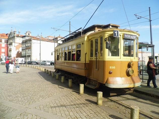 Porto: historická tramvaj z 20. let číslo 216 stojí ve výstupní zastávce koncové výhybny linky 1 Infante v centru města. 21.4.2013 © Jan Přikryl