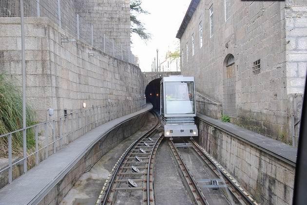 Porto: vůz lanovky Funicular dos Guindais vjíždí z tunelu v horní polovině trati do výhybny. 21.4.2013 © Lukáš Uhlíř