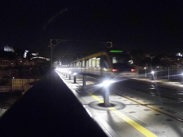 Porto: jednotka metra typu Eurotram projíždí na lince D po mostě Ponte Dom Luis směrem k přestupnímu terminálu Trindade. 21.4.2013 © Jan Přikryl