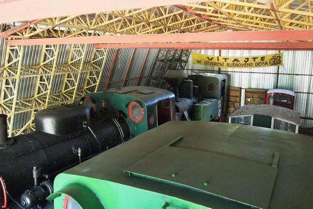 Pohľad na depované parné a dieselové lokomotívy z Kolbenky (foto: Lukáš Patera)