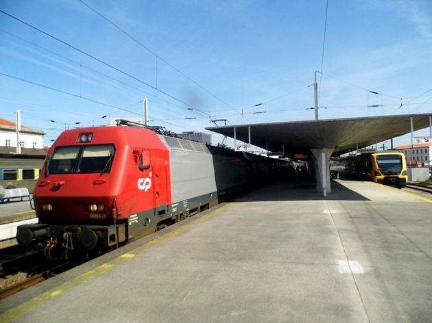 Porto: lokomotiva řady 5604 CP stojí v čele vlaku IC do Lisabonu na nádraží Campanhã. 22.4.2013 © Jan Přikryl