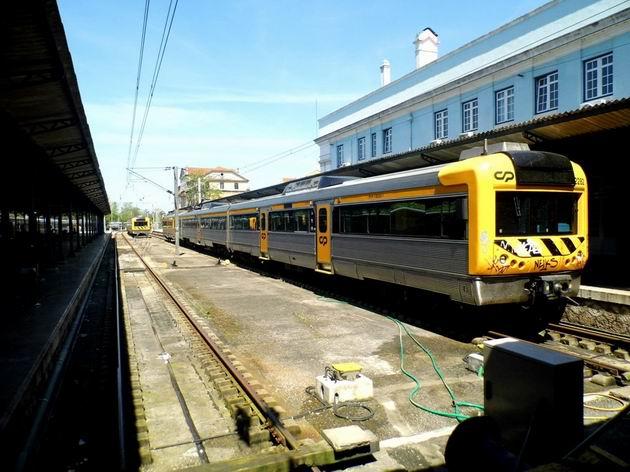 Coimbra: odstavená elektrická jednotka řady 2282 CP stojí před výpravní budovou městského nádraží. 22.4.2013  ©  Jan Přikryl