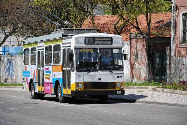 Coimbra: trolejbus Caetano/EFACEC číslo 54 projíždí na lince 4 třídou Rua Olímpio Nicolau Rui Fernandes před odbočením vlevo do ulice Rua Manutenção Militar. 22.4.2013  ©  Lukáš Uhlíř